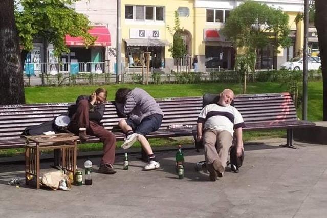 Пияни и заляни спят в градинки и паркове в центъра на София