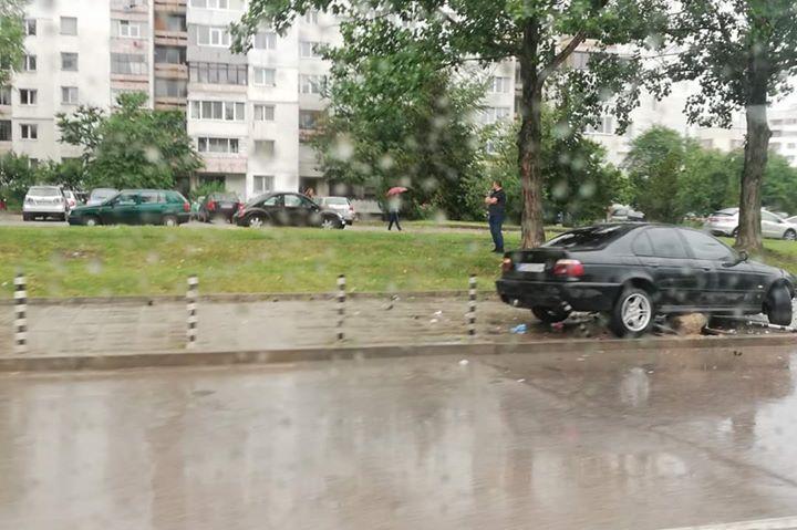 Кола изкърти колчета и се качи на тротоара в Люлин