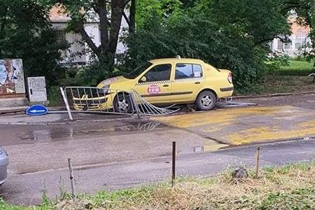 """Такси отнесе заграждения и знак до 121 училище в """"Гоце Делчев"""""""