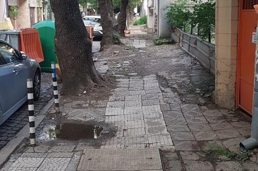 """Тротоарът на столичната """"Клокотница"""" като бойно поле"""