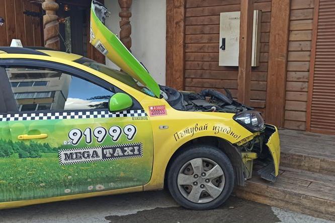 """Такси се блъсна в ресторант в """"Свобода"""", ударена е жена"""