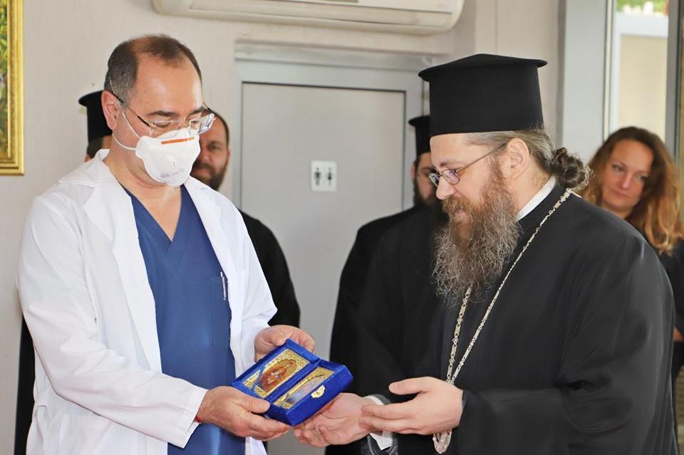 Патриархът дари с икони екипите на ВМА за борбата с COVID-19