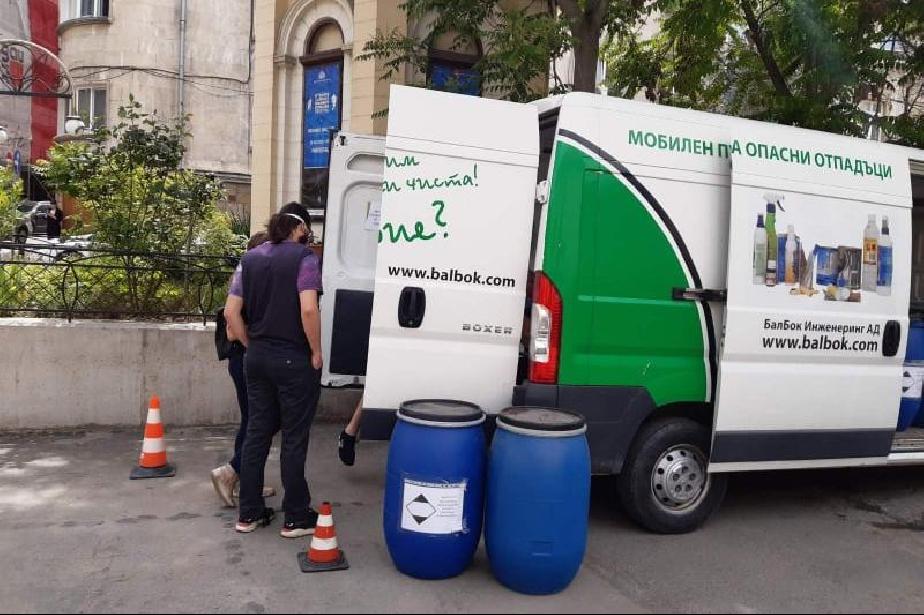 """Събраха тон опасни отпадъци за няколко часа на ул. """"Париж"""" в столицата"""
