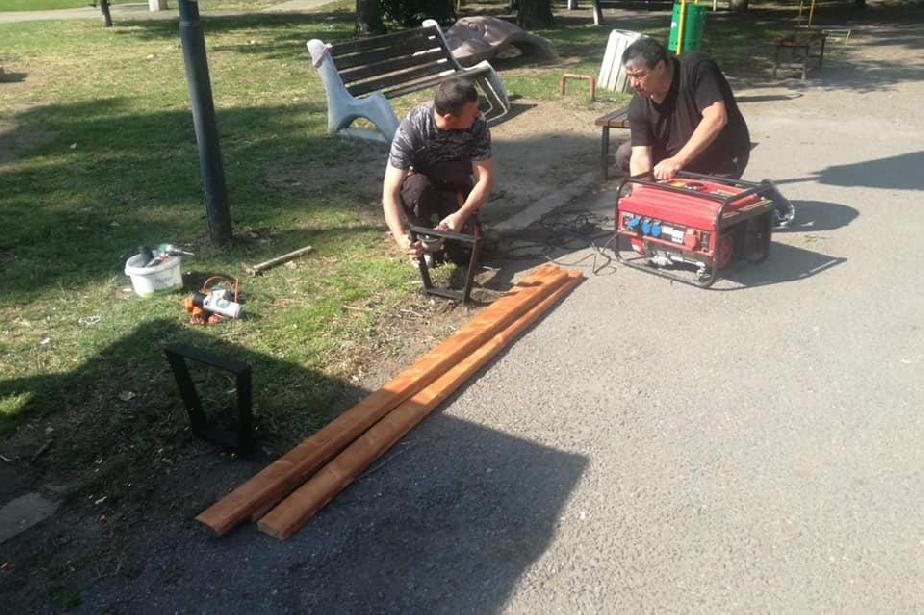 Ремонтират пейките в градинката на КАТ