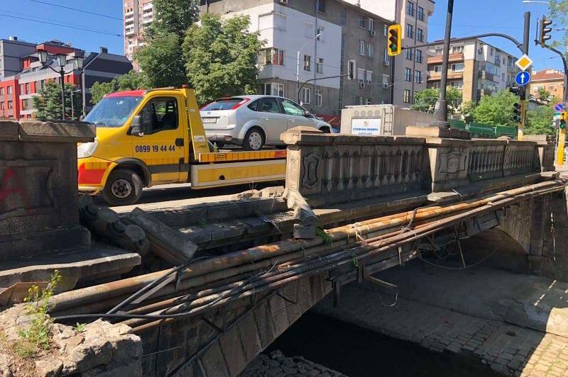 """Врачанска кола катастрофира на моста на """"Стамболийски"""" и """"Ив. Иванов"""""""