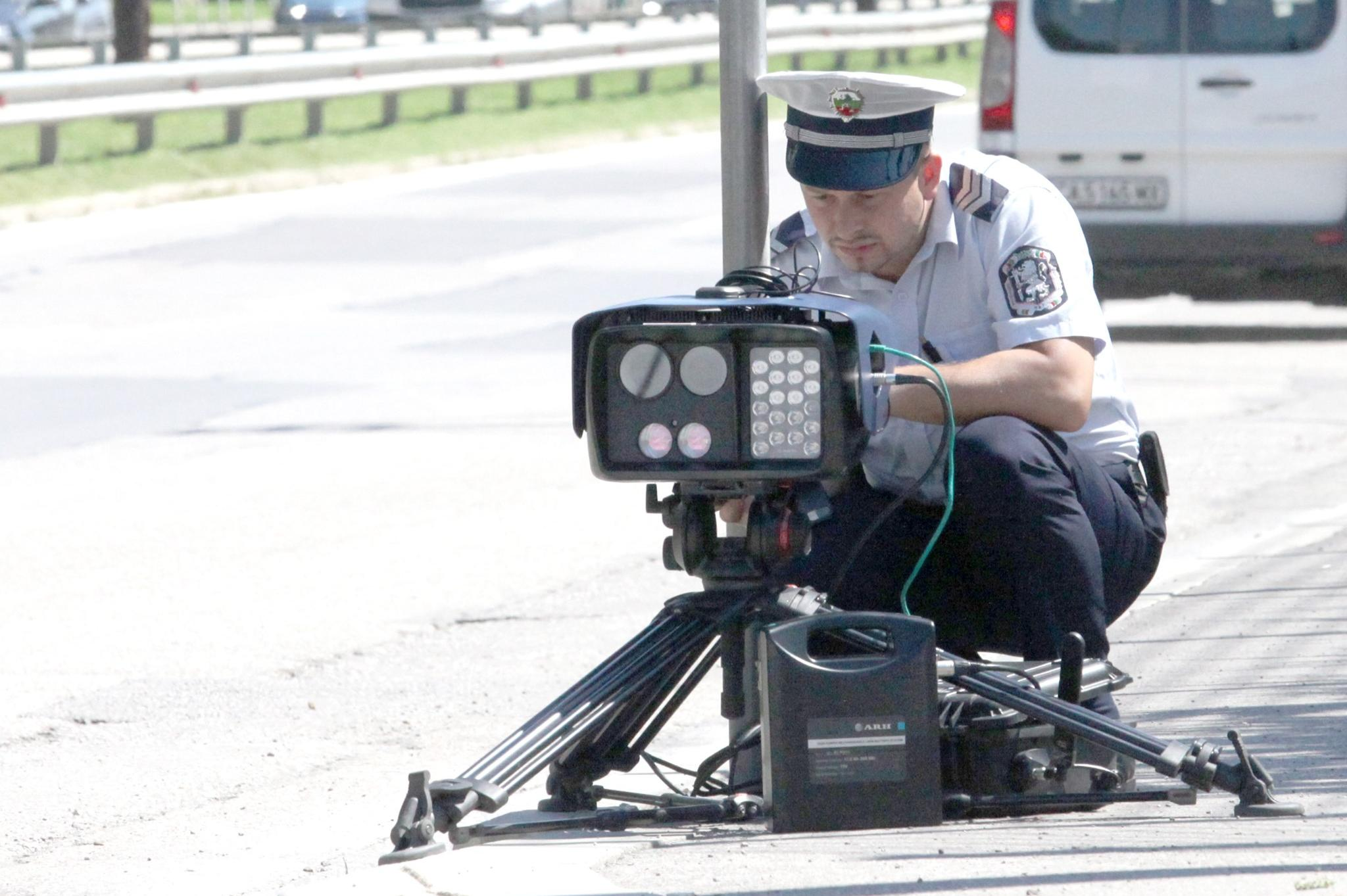 """Тринога камера на """"Вапцаров"""", знаците са закрити от клони"""