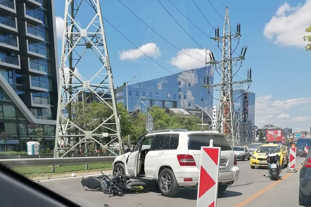 Моторист и Мерцедес катастрофира на бул. България