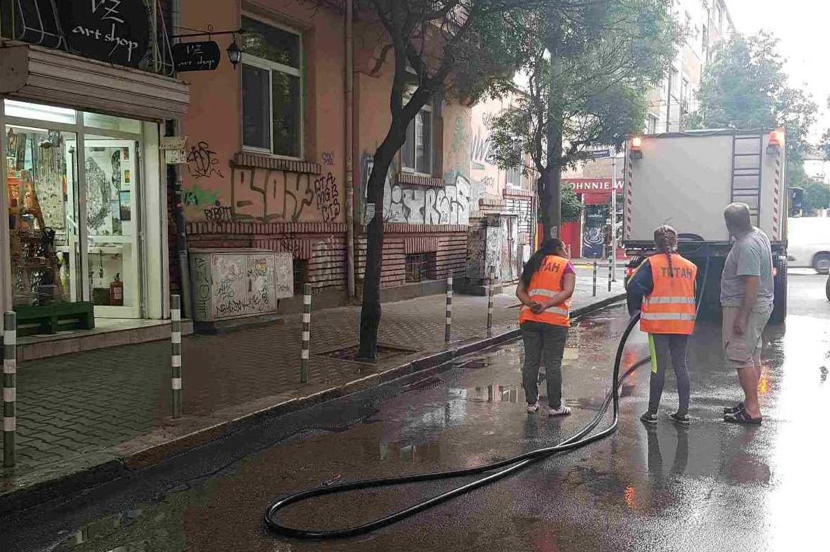 """Започна миенето на улици в столичния район """"Средец"""""""