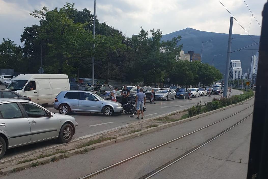 Три катастрофи с мотористи на бул. България за ден
