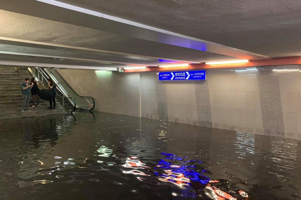 Подлезът и метростанцията на НДК станаха басейни