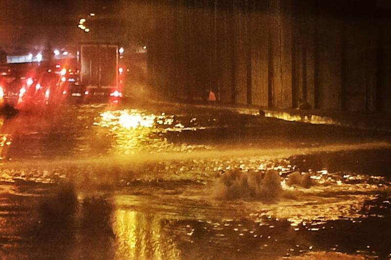 """Вода до кръста се събра в транспортния тунел на """"Красно село"""""""