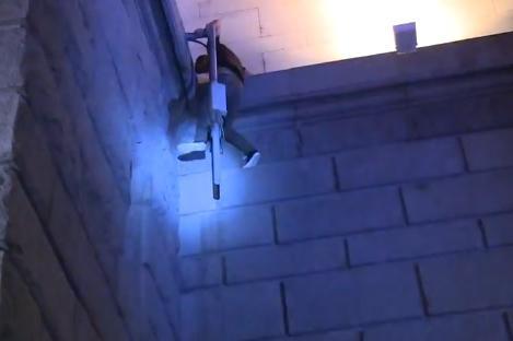 Протестиращи щурмуваха входа на Партийния дом, пострадаха двама и полицаи