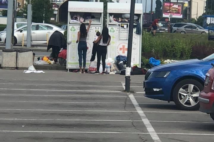 """Роми си """"пазаруват"""" от  контейнер за текстилни отпадъци в Люлин"""