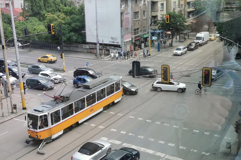 """Трамвай отнесе броня на автомобил на """"Стамболийски"""" и """"Опълченска"""""""