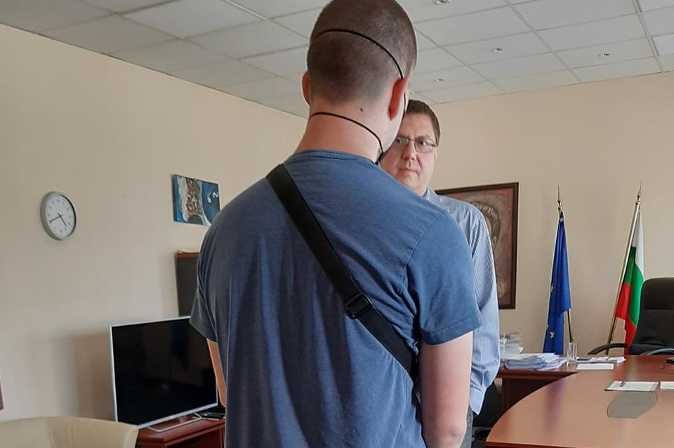 """Виновникът за счупеното табло на ул. """"Петя Дубарова"""" сам отиде при кмета на"""