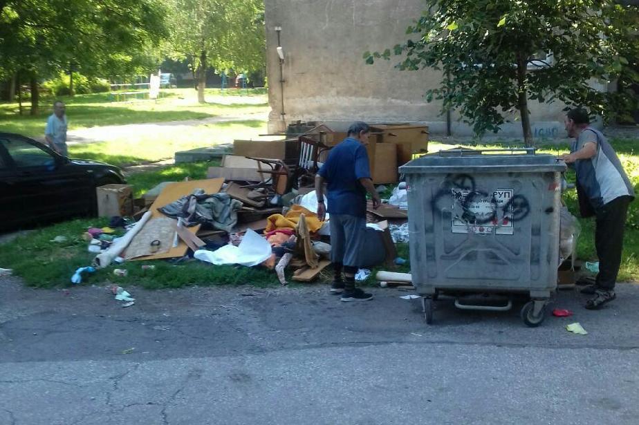 """В """"Захарна фабрика"""": Глоба за изхвърлени до блока отпадъци след ремонт"""