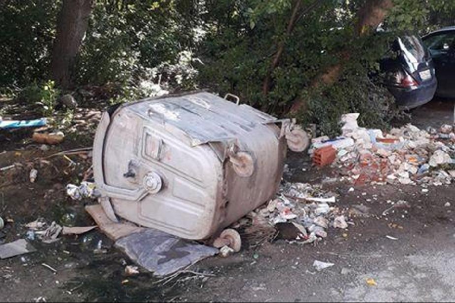 Дупки и боклуци по ул. Христо Фотев в Люлин-център