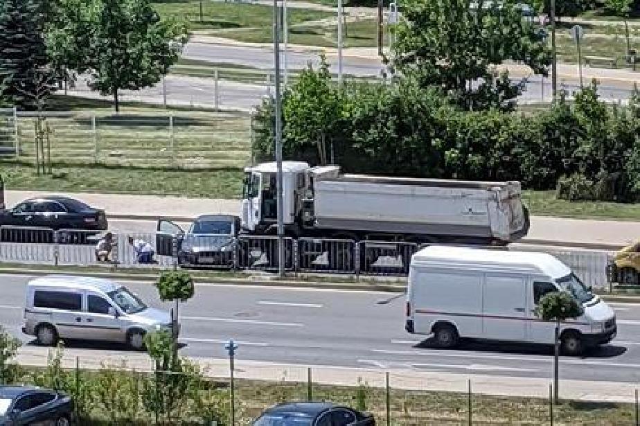"Катастрофа между камион и кола до метростанция ""Акад. Ал. Теодоров-Балан"""