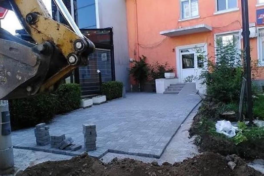 Ремонтираха площадката пред входа на XIII поликлиника в Лозенец