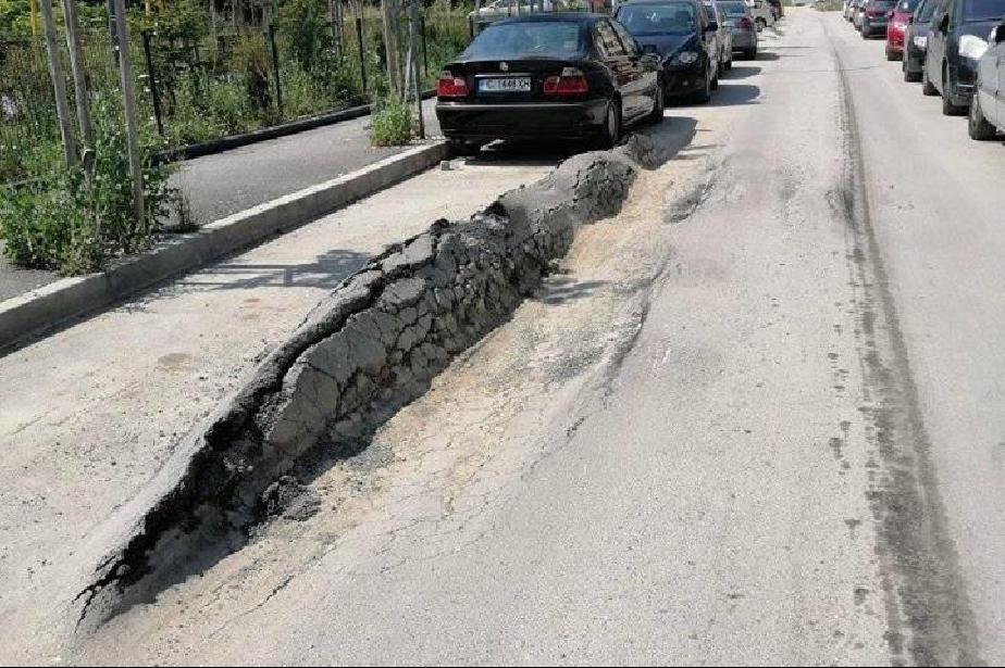 Пътят се разцепи, асфалтово цунами на улица в Манастирски ливади
