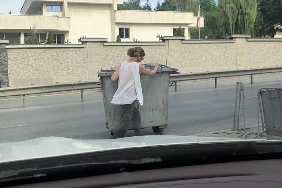 Жена премести кофа за боклук, за да паркира, и получи глоба