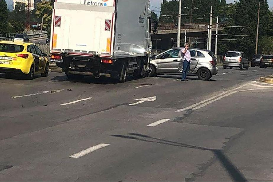 Кола и камион катастрофираха на Ботевградско шосе