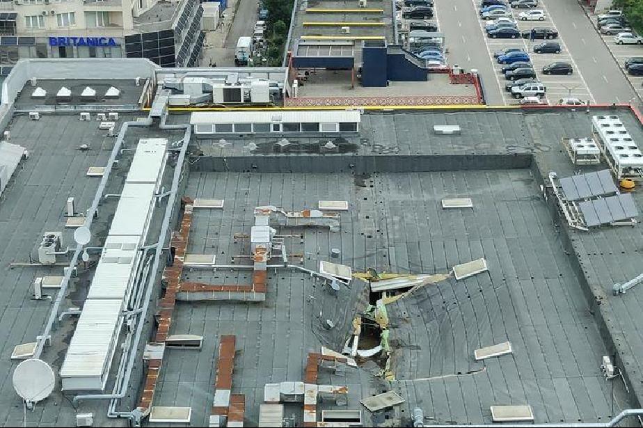 Покривът на Билла на бул. България не издържа на стихията