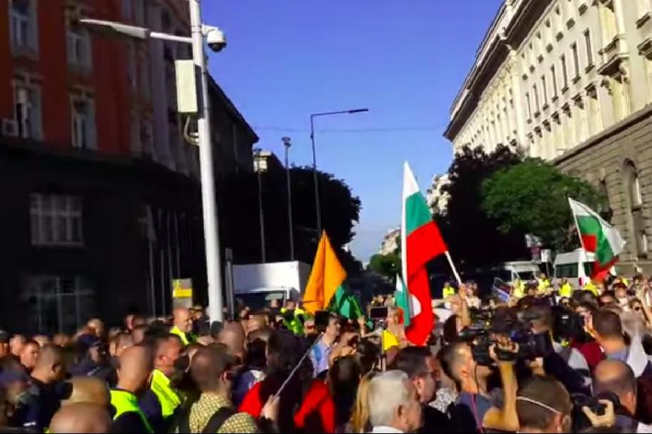"""След протестите: Двама в """"Пирогов"""", 18 са арестувани"""