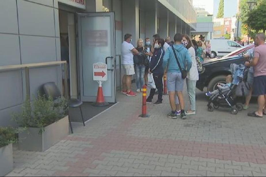 Желаещи за доброволни PCR тестове на опашки пред лаборатории в София