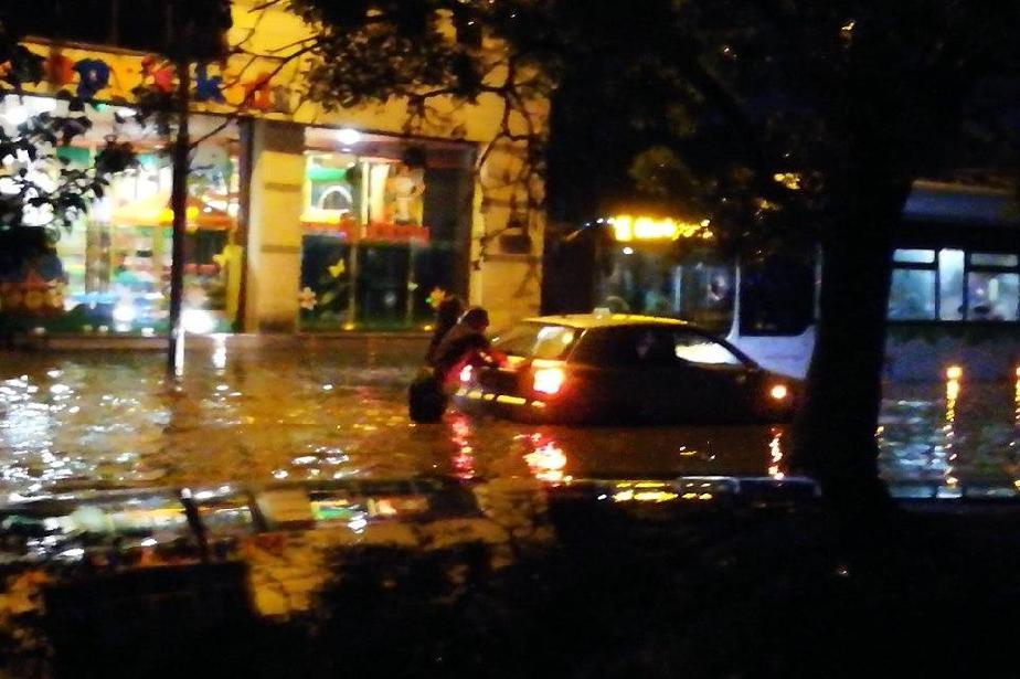 Очаква се силен вятър в София: Да се обезопасят строителни обекти, билбордо