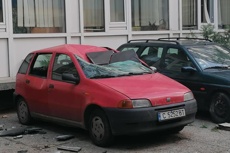 Повредена от паднала плоча кола