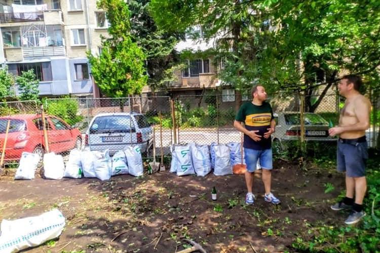 Футболни фенове, спортисти и местни изчистиха градинка в Лозенец