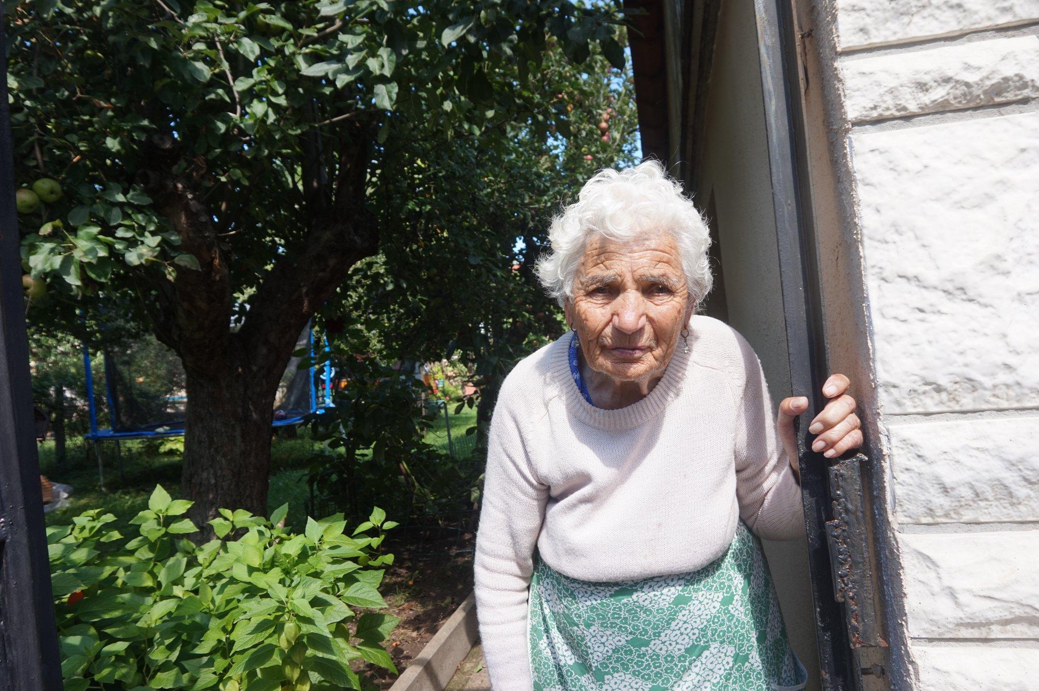 Добротворци: На 94 г. Богдана плете терлици и ги дарява на децата по улицат