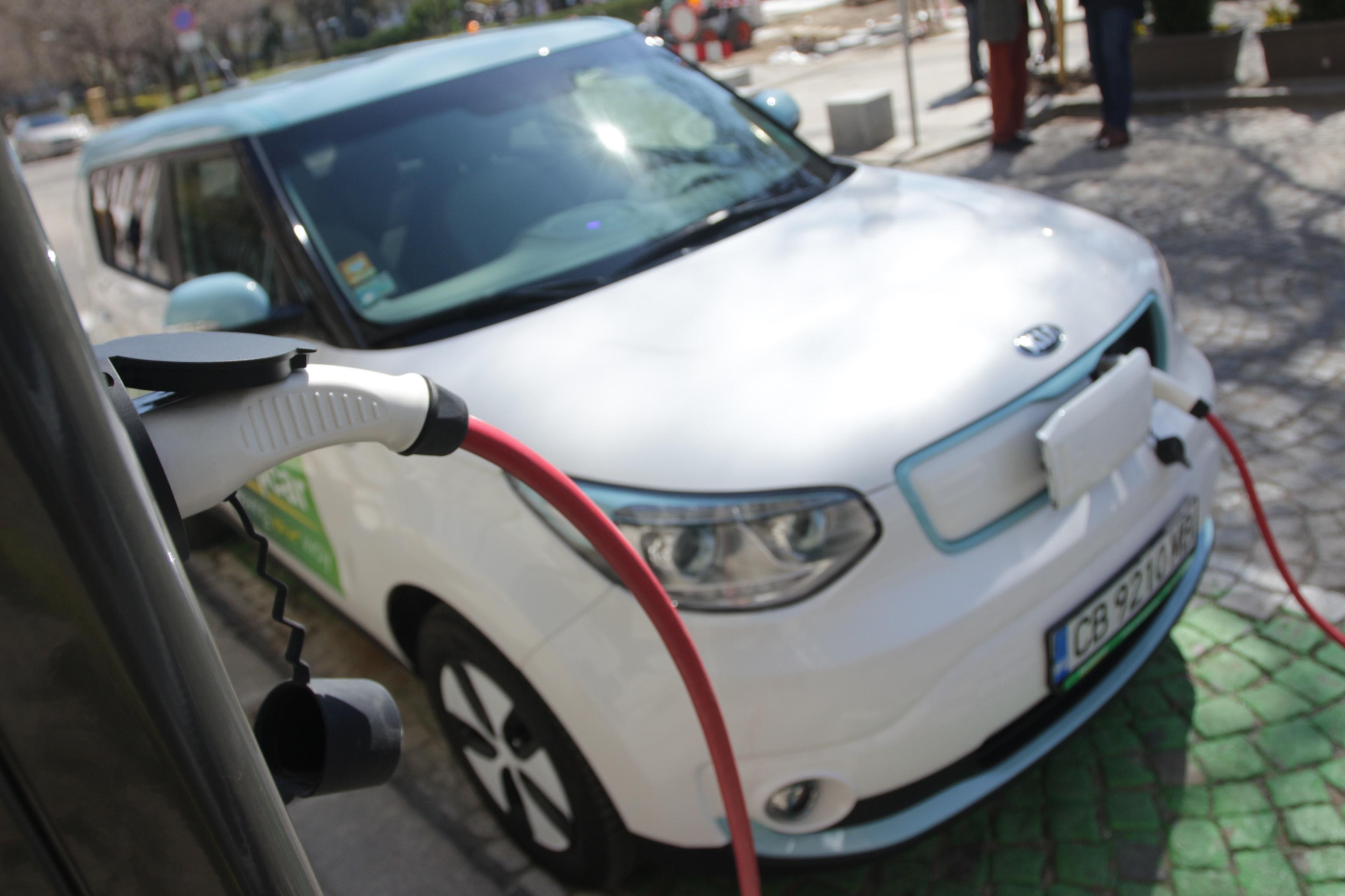 Увеличиха с още 100 електромобилите в София