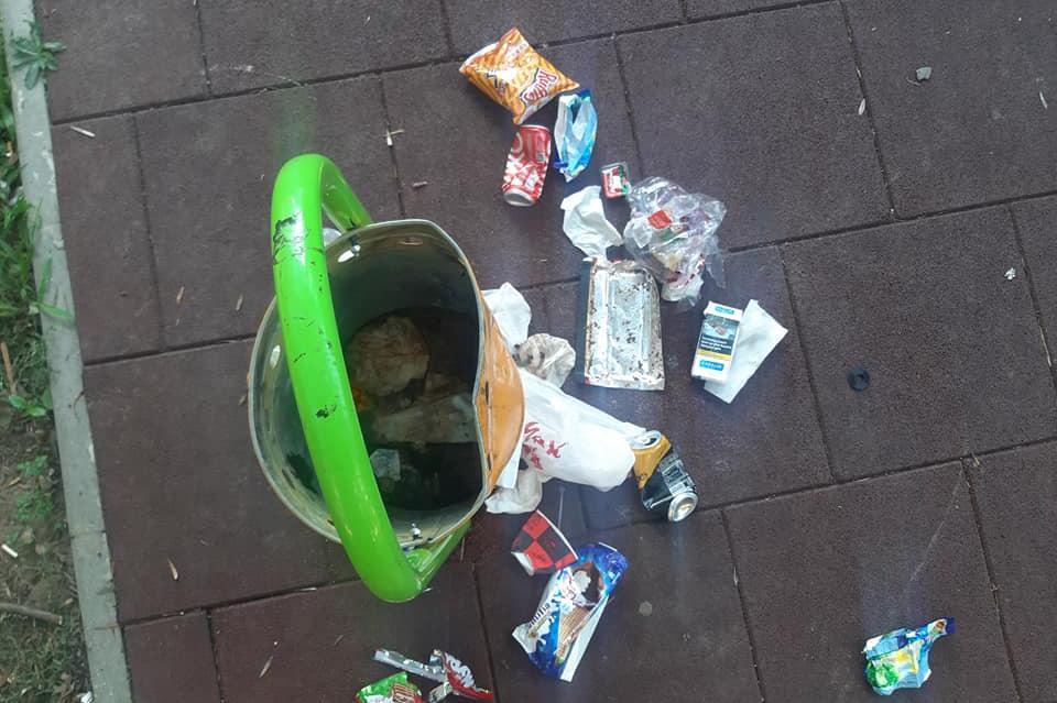 """Идиоти режат с флекс пързалка в градинката на """"Черковна"""""""