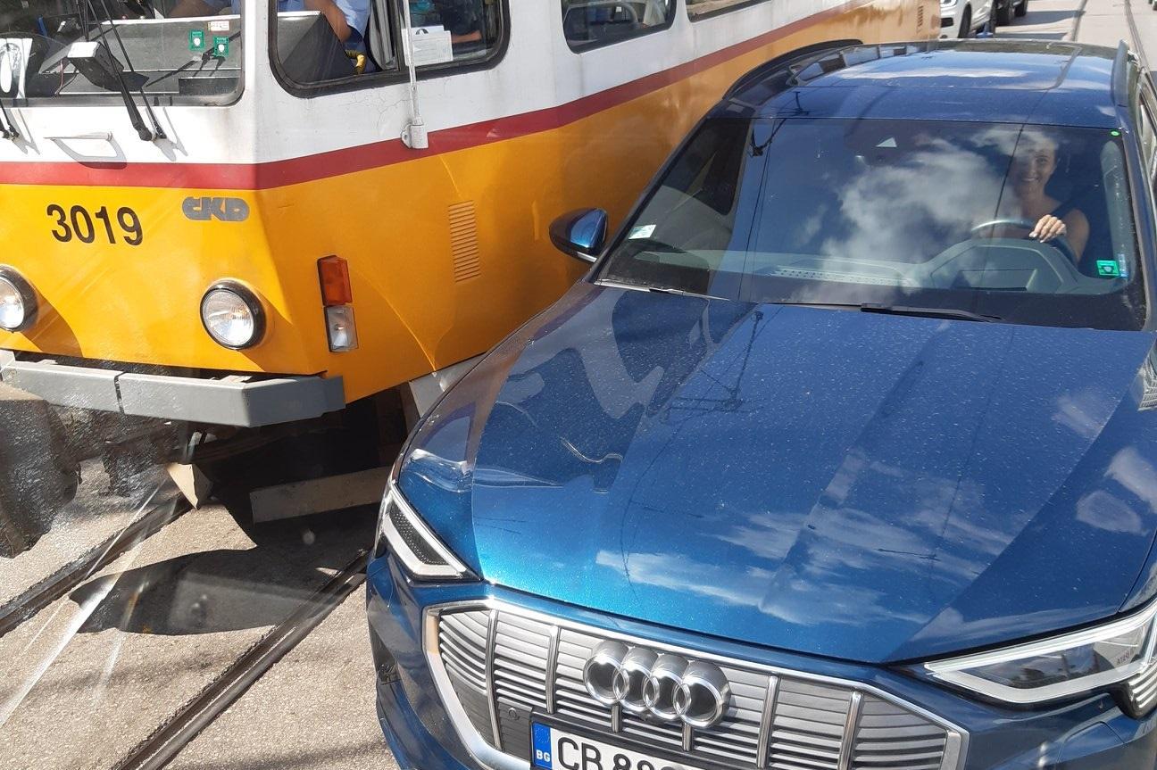 Шофьорка се залепи за травмай и влезе в насрещното на бул. Черни връх