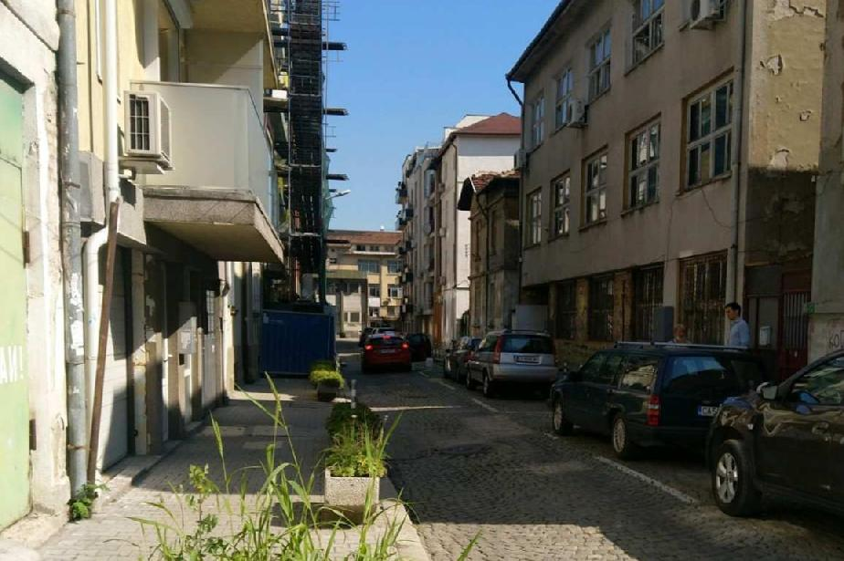 """Глобиха строители заради скеле и ограда без разрешителни на """"Бенковска"""" 51"""
