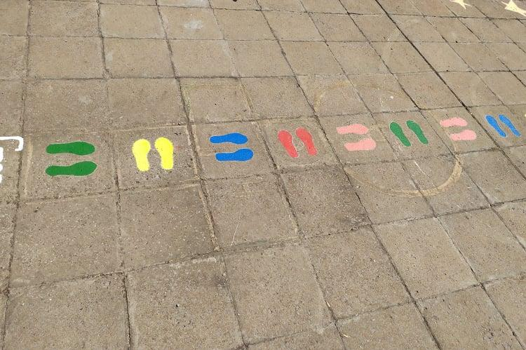 """Родители изрисуваха игри на детската площадка в 177 ДГ """"Лютиче"""""""