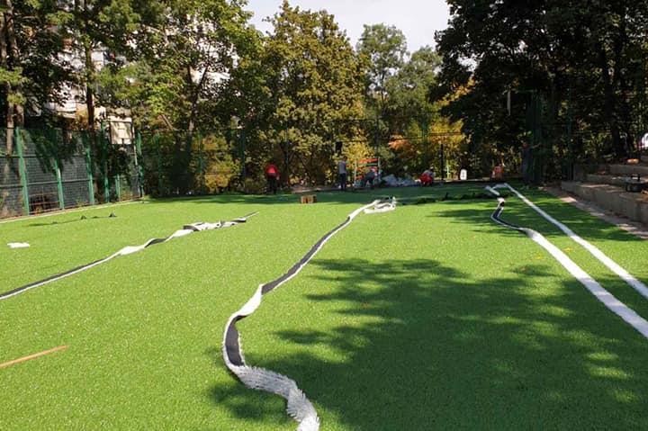 """Слагат италианска изкуствена трева на игрището при бл. 29 и 30 в """"Дианабад"""""""