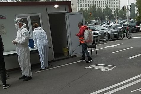 Продължава дезинфекцията на спирки, подлези и болници в София