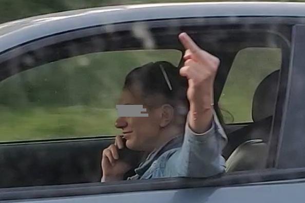 В София: Шофьорка говори по телефон, показва среден пръст, с какво ли държи