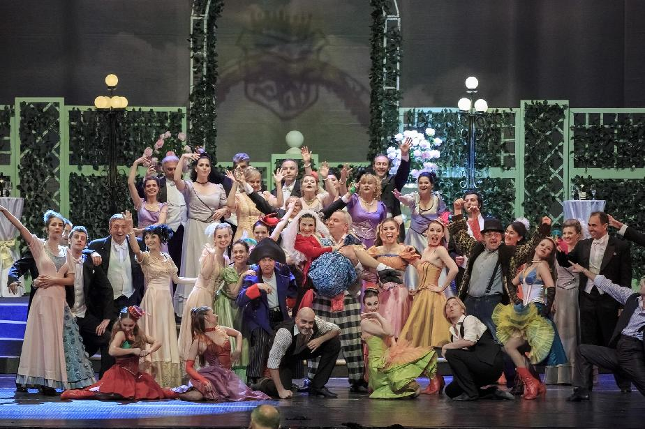 Оперетата става цирков манеж през новия сезон: Артисти пеят, докато се люле