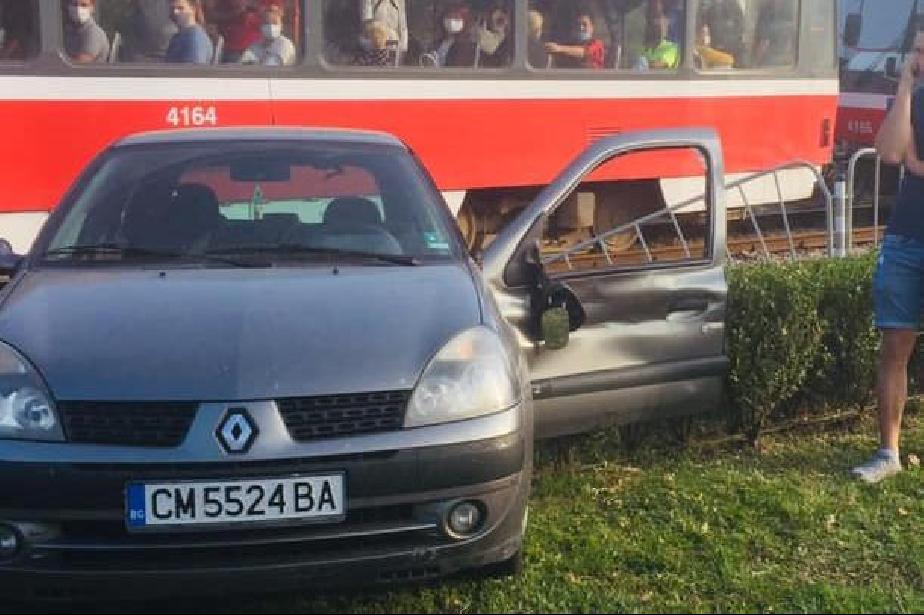 Смолянска кола разби метална преграда и се спря на трамвайните релси на Бот