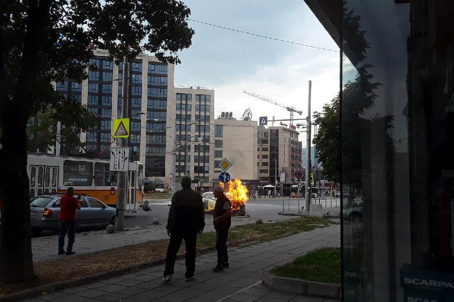 """Такси пламна след удар с трамвай на """"Черни връх"""""""