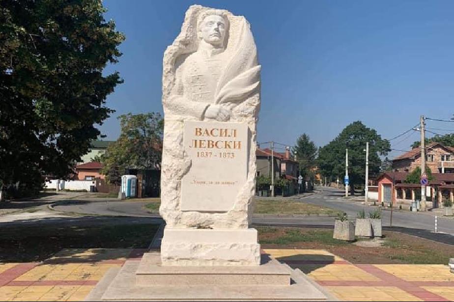 Издигнаха нов паметник на Васил Левски във Враждебна