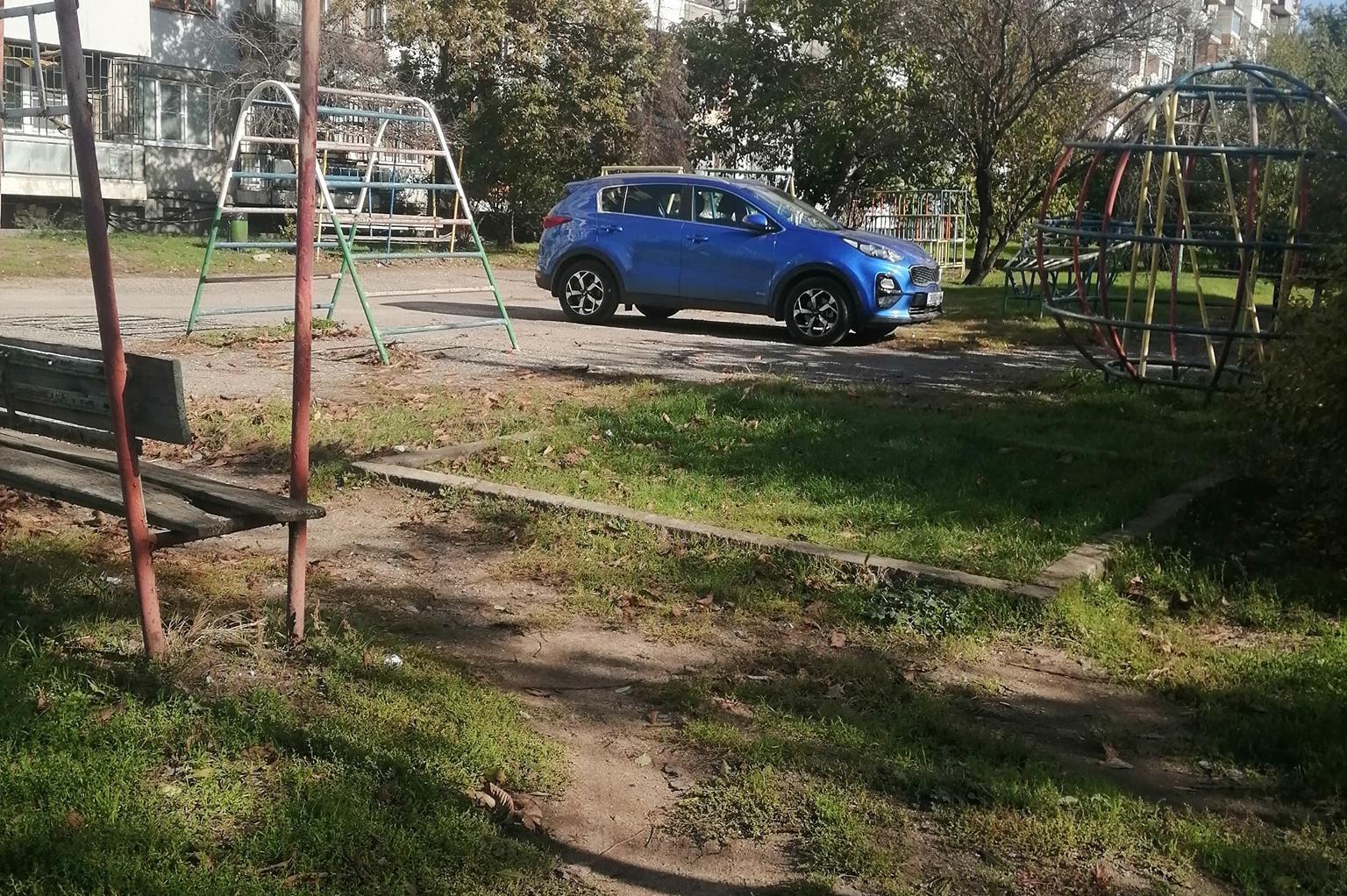"""Превърнаха детска площадка в """"Сухата река"""" в паркинг"""