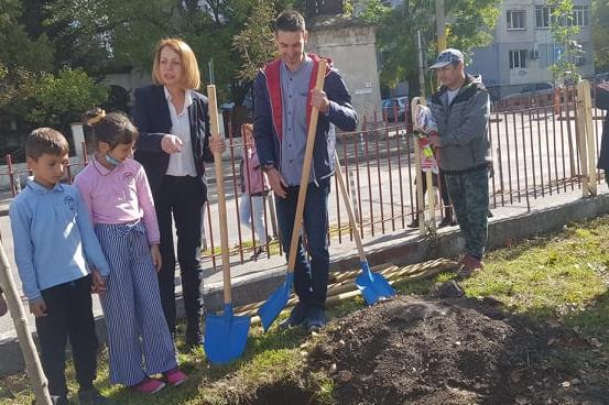 """""""Зелен пояс"""" стартира със засаждането на 30 дръвчета в столичното 42 ОУ """"Ха"""