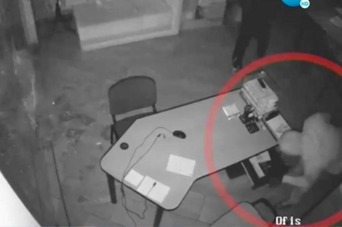 Крадци, въоръжени с чук, задигнаха 65-килограмов сейф в София (СНИМКИ)