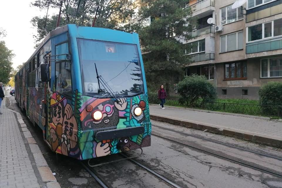 Изрисуваха трамвай със сто лица (СНИМКИ)