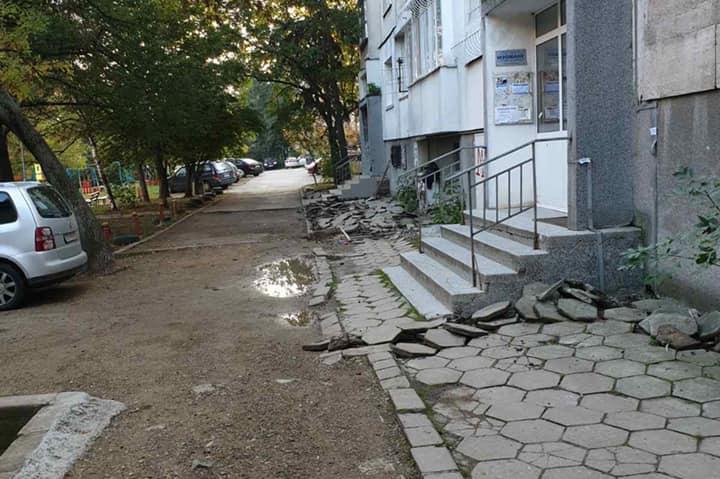 """Правят нов тротоар и част от улица пред бл. 31 А в """"Дианабад"""""""